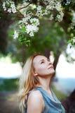 Stående av den härliga unga kvinnan med blommor Royaltyfri Foto