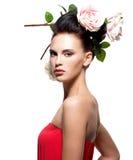 Stående av den härliga unga kvinnan med blommor i hår Royaltyfri Foto