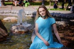 Stående av den härliga unga kvinnan med blont hår och långa ögonfrans och att le, nära övre, sommar utomhus royaltyfria bilder