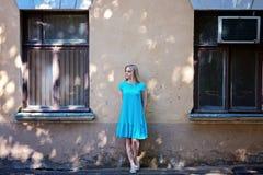 Stående av den härliga unga kvinnan med blont hår och långa ögonfrans, på det gamla huset ILoneliness begrepp Arkivfoto