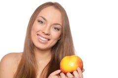 Stående av den härliga unga kvinnan med det isolerade mogna äpplet royaltyfria bilder