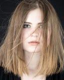 Stående av den härliga unga kvinnan med flyghår Fotografering för Bildbyråer