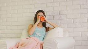 Stående av den härliga unga kvinnan med koppen kaffe eller te lager videofilmer