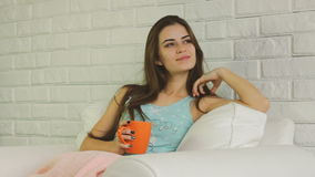 Stående av den härliga unga kvinnan med koppen kaffe eller te arkivfilmer