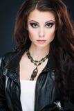 Stående av den härliga unga kvinnan med länge färgat brunt hår a Arkivbilder