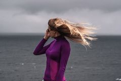 Stående av den härliga unga kvinnan med långt blont hår arkivfoton