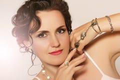 Stående av den härliga unga kvinnan med pärlor Royaltyfria Bilder