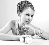 Stående av den härliga unga kvinnan med silverjulbollar Arkivbild