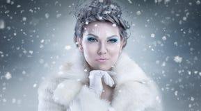 Stående av den härliga unga kvinnan med silverjulbollar royaltyfri foto