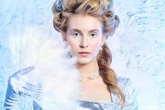 Stående av den härliga unga kvinnan med silverjulbollar royaltyfria foton