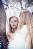 Stående av den härliga unga kvinnan med silverjulbollar En ung flicka i bilden av isprinsessan i arkivfoton