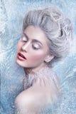 Stående av den härliga unga kvinnan med silverjulbollar Fantasiflickastående Vinterfestående Ung kvinna med konstnärligt smink fö Royaltyfri Fotografi