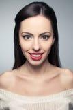 Stående av den härliga unga kvinnan med stort vitt skinande leende arkivfoto