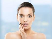 Stående av den härliga unga kvinnan med sund hud, naturlig sänka Royaltyfria Bilder