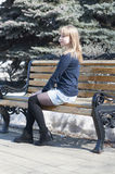 Stående av den härliga unga kvinnan på en bänk i parkera royaltyfria foton