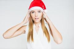 Stående av den härliga unga kvinnan som bär den Santa Claus hatten Royaltyfri Bild