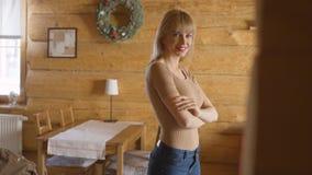 Stående av den härliga unga kvinnan som hemma ler Fotografering för Bildbyråer