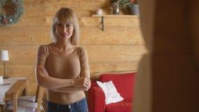 Stående av den härliga unga kvinnan som hemma ler Arkivbilder