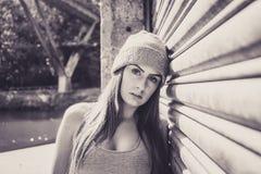 Stående av den härliga unga kvinnliga modellen som lutar mot en gara Arkivfoton