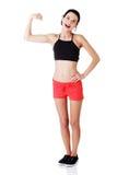 Stående av den härliga unga ladyen som böjer henne biceps Royaltyfri Fotografi
