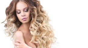 Stående av den härliga unga le flickan med frodigt krulla för hår Vård- och skönhet Arkivbild