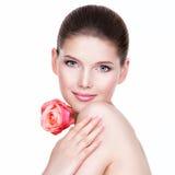 Stående av den härliga unga nätta kvinnan med sund hud Royaltyfri Foto