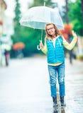 Stående av den härliga unga pre-tonåriga flickan med paraplyet under regn fotografering för bildbyråer
