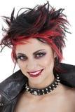 Stående av den härliga unga punkrockkvinnan med broddat hår arkivbild