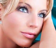 Stående av den härliga vuxna kvinnan med blåa ögon Royaltyfri Foto