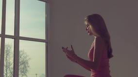 Stående av den härliga yogakvinnan som mediterar i säng stock video