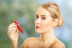 Stående av den hållande chili för näck kvinna Royaltyfri Foto