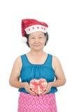 Stående av den hållande gåvaasken för asiatisk hög kvinna Arkivbild