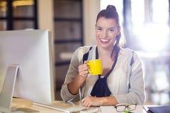 Stående av den hållande kaffekoppen för kvinna i regeringsställning Royaltyfri Foto