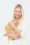 Stående av den hållande katten för härlig kvinna Arkivbilder