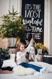 Stående av den hållande leksakkaninen för liten flicka Gullig liten flicka med keligt leksaksammanträde på ett golv hemma royaltyfria bilder