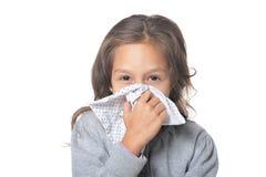 Stående av den hållande näsduken för sjuk liten flicka arkivfoto