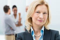 Stående av den höga affärskvinnan Arkivfoto