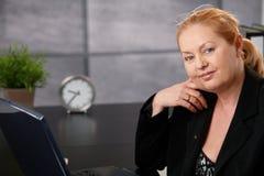 Stående av den höga executive affärskvinnan Royaltyfri Foto