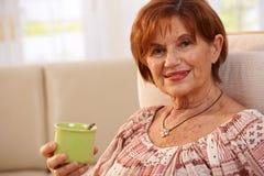 Stående av den höga kvinnan som dricker kaffe royaltyfri foto