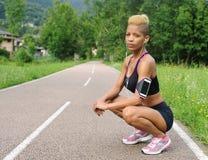 Stående av den idrotts- kvinnan utomhus Arkivfoton