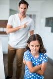 Stående av den ilskna dottern med korsade armar royaltyfri fotografi