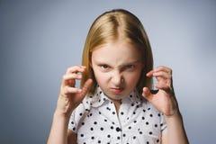 Stående av den ilskna flickan med att skrika för händer som upp isoleras på grå bakgrund Negativ mänsklig sinnesrörelse, ansiktsu royaltyfria bilder