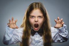 Stående av den ilskna flickan med att skrika för hand som upp isoleras på grå bakgrund Negativ mänsklig sinnesrörelse, ansiktsutt royaltyfri bild