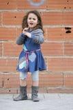 Stående av den ilskna hemlösa flickan Arkivfoto