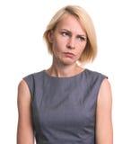 Stående av den ilskna kvinnan som ser bort isolerad royaltyfri foto
