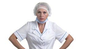Stående av den ilskna kvinnliga doktorn stock video