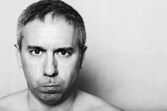 Stående av den ilskna olyckliga missbelåtna aggressiva medelåldersa mannen royaltyfri foto