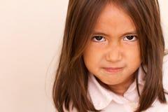 Stående av den ilskna upprivna lilla flickan arkivbild