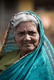 Stående av den indiska äldre kvinnan i lokal morgonmarknad på Hospet arkivfoto