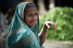 Stående av den indiska äldre kvinnan i lokal morgonmarknad på Hospet royaltyfri foto
